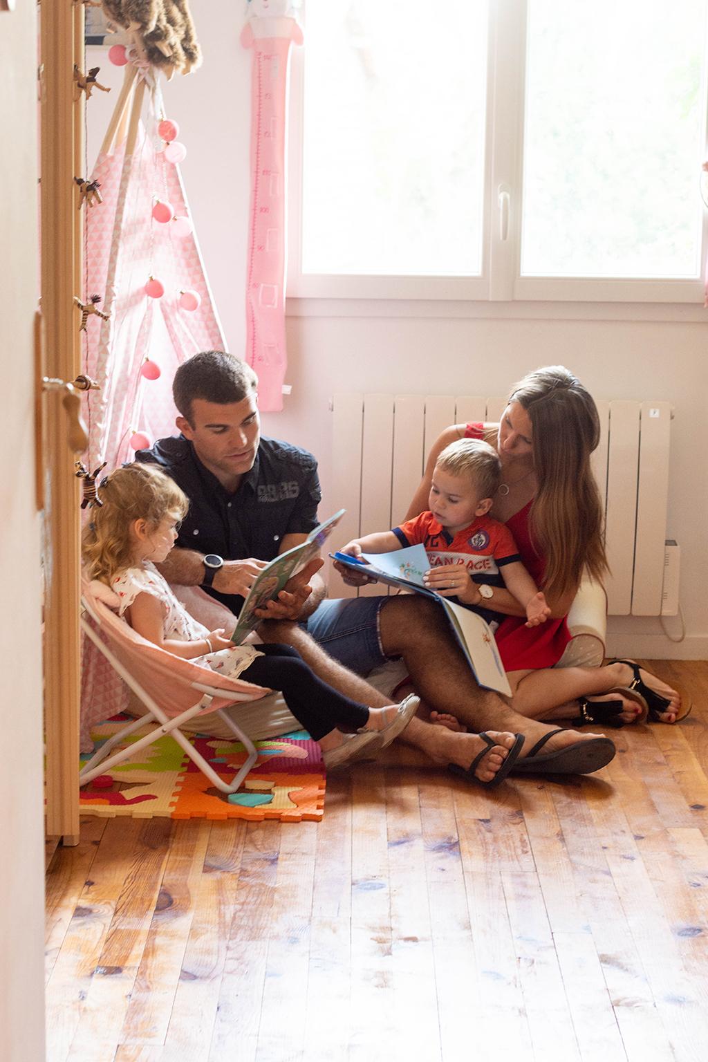 séance photo famille à domicile enfants lecture livre chambre Toulouse lauragais