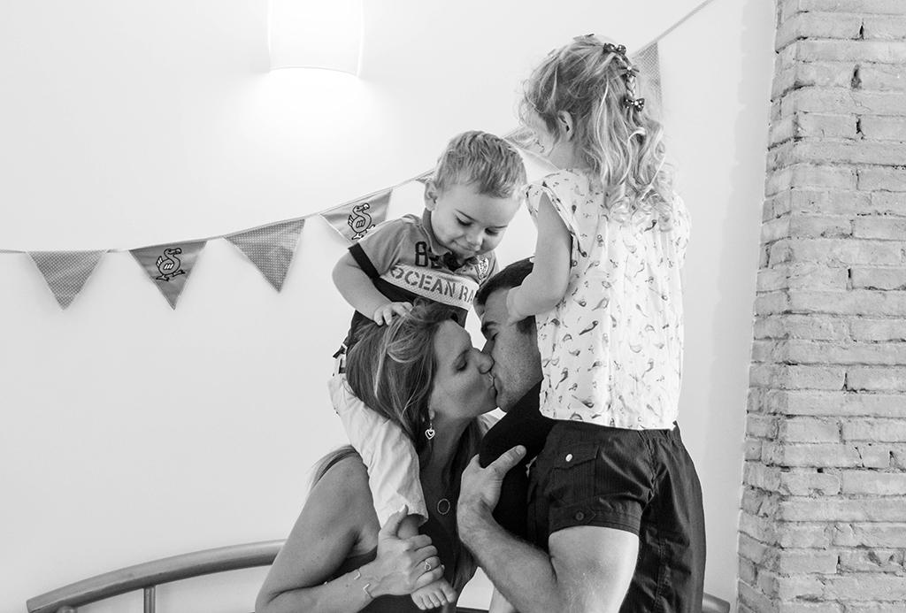 séance photo famille à domicile enfants lecture livre chambre bagarre câlinToulouse lauragais