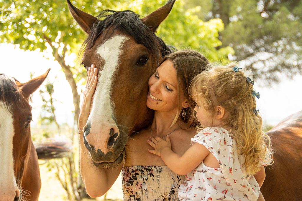 séance photo famille à domicile enfants chevaux balade promenade Toulouse lauragais maman