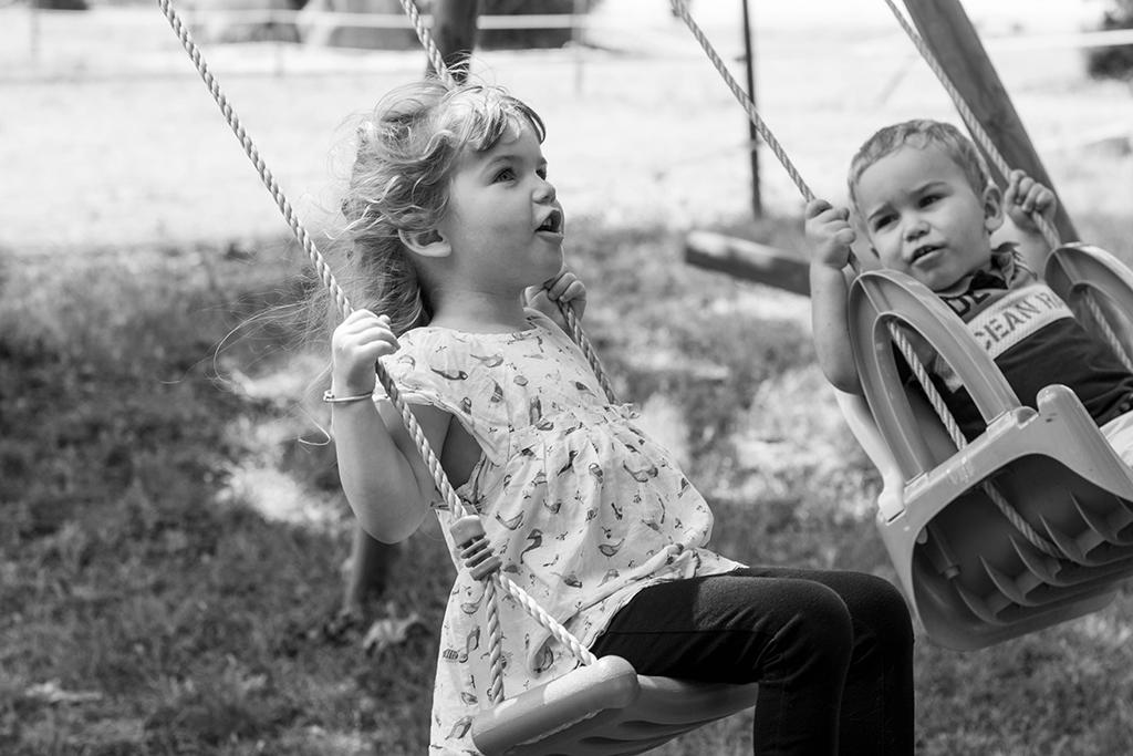 séance photo famille à domicile enfants portrait Toulouse lauragais balançoire jeux