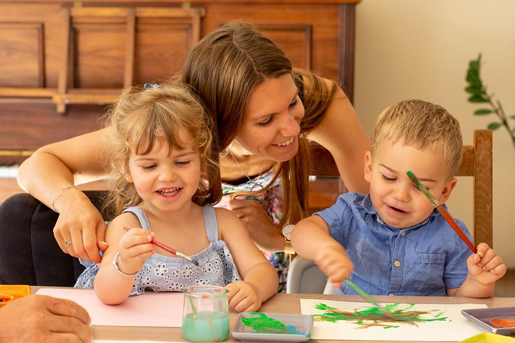 séance photo famille à domicile enfants peinture Toulouse lauragais maman