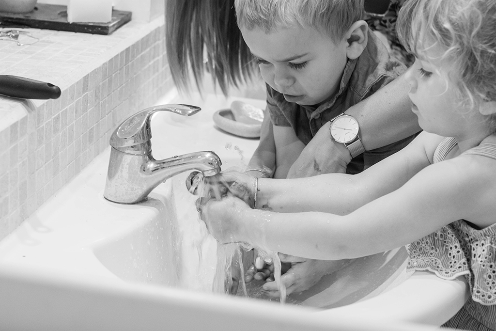 séance photo famille à domicile enfants lavabo enfants Toulouse lauragais