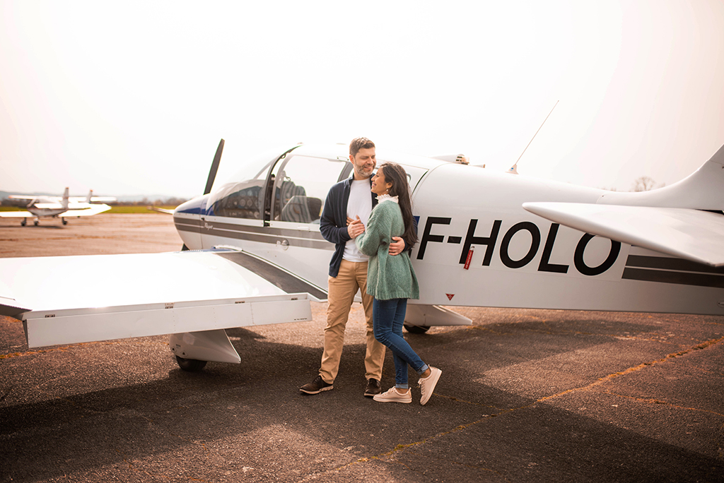 photographe séance photo couple engagement elopement toulouse aude occitanie lauragais avion plane aeroport aerodrome muret