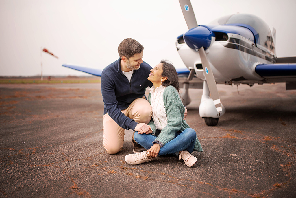 couple engagement elopement toulouse aude occitanie lauragais avion plane aeroport aerodrome muret