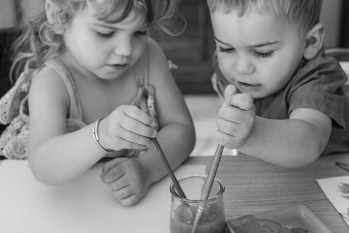 séance photo famille à domicile enfants peinture Toulouse lauragais